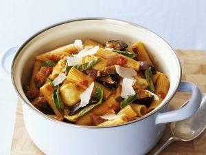 Pasta mit Aubergine, Tomaten und Mozzarella Rezept