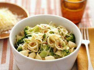 Pasta mit Broccoli, Käse und Pinienkernen Rezept