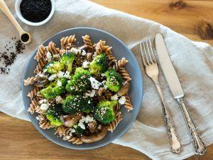 Pasta mit Brokkoli, Champignons und Feta Rezept