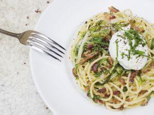 Pasta mit Carbonarasoße und pochiertem Ei Rezept
