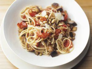 Pasta mit Cherrytomaten, Auberginen und Pinienkernen Rezept