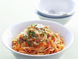 Pasta mit Chili-Tomaten-Soße und luftgetrocknetem Schinken (Pancetta) Rezept