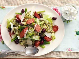 Pasta mit Frischkäsesoße, Wurst, Oliven und Pesto Rezept