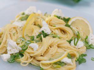Pasta mit Frühlinsgzwiebeln und Käse Rezept