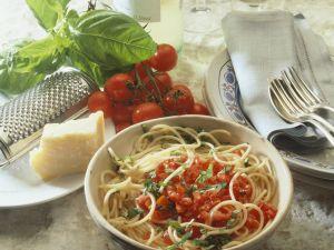Pasta mit gehackten Tomaten und Basilikum Rezept