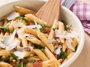 Pasta mit getrockneten Tomaten und Pinienkernen Rezept