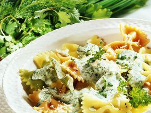 Pasta mit Käsesoße und Kräutern Rezept