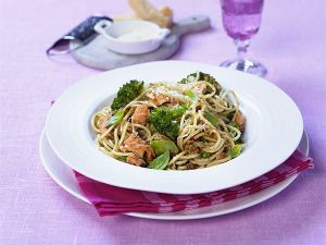Pasta mit Lachs, Broccoli und Pestosoße Rezept