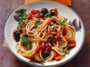 Pasta mit pikanter Tomaten-Kapern-Soße Rezept