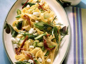 Pasta mit Spargel, Tomaten und Feta Rezept
