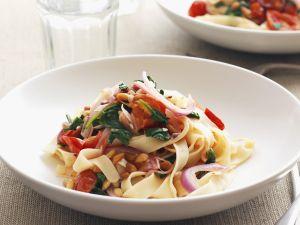 Pasta mit Spinat, Tomaten und Pinienkernen Rezept
