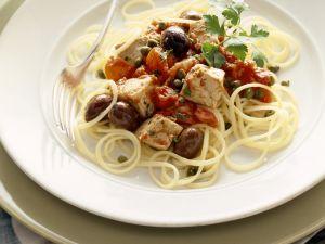 Pasta mit Thunfisch-Tomatensoße und Oliven Rezept
