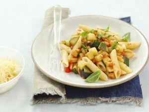 Pasta mit Tomaten, Zucchini und Auberginen Rezept
