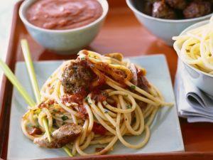 Pasta mit Würstchen, Hackklößchen und Kapern-Tomatensoße Rezept
