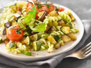 Pasta mit Zucchini, Auberginen und Rucolapesto Rezept