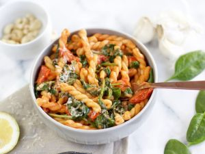 Pasta mit Cocktailtomaten und Spinat