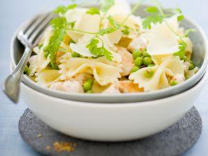 Pastasalat mit Hühnchen, Erbsen, Parmesan und Sesam Rezept