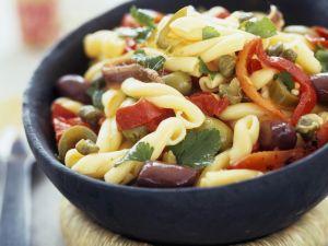 Pastasalat mit Oliven, Sardellen und Kapern Rezept