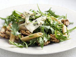 Pastasalat mit Rauke, Walnusskernen und Blauschimmelkäse Rezept