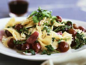 Pastasalat mit Weintrauben und Zwiebeln Rezept