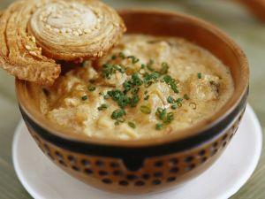 Pastinaken-Steckrüben-Suppe mit Mandeln und Blätterteigschnecke Rezept