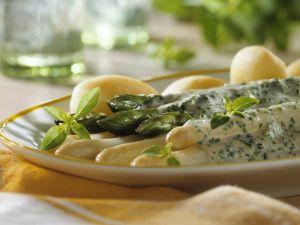 Pellkartoffeln mit Kräutersabayon sowie weißem und grünen Spargel Rezept