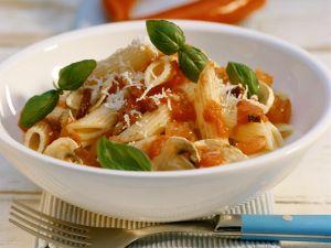 Penne mit Pilzen und scharfer Tomatensoße Rezept