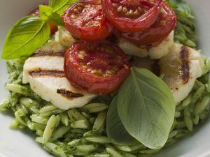 Pesto-Orzo mit gegrilltem Mozzarella und Tomaten Rezept