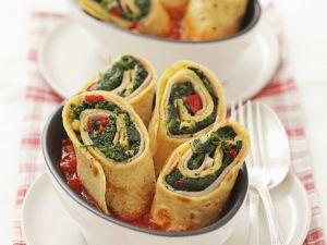 Pfannkuchen gefüllt mit Schinken und Spinat, dazu Tomatensauce Rezept