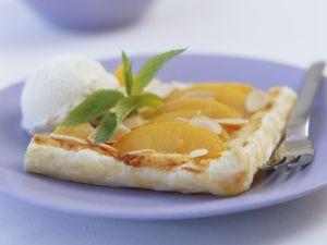 Pfirsichkuchen mit Mandeln und Eis Rezept