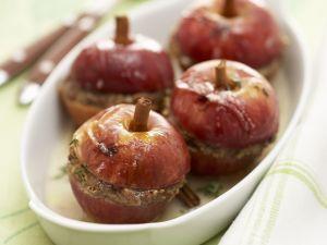 Pikante Bratapfel mit Fleisch gefüllt Rezept