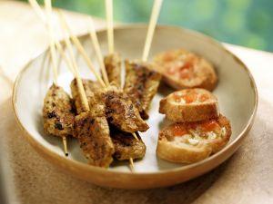 Pikante Fleischspieße und Brote mit Knoblauch Rezept