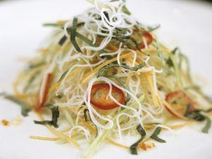 Pikanter Nudelsalat auf vietnamesische Art Rezept