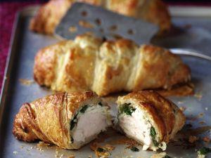 Pikantes Croissant mit Hähnchen und Spinat gefüllt Rezept