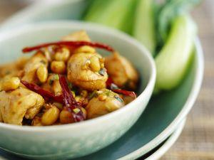 Pikantes Hähnchen mit Chili und Erdnüssen Rezept