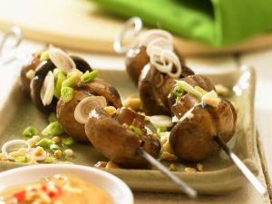 Pilzspieße mit Erdnusssauce Rezept