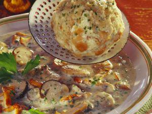 Pilzsuppe mit Semmelknödel Rezept