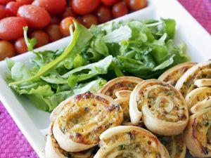 Pizza-Kringel mit Rucola und Tomaten Rezept