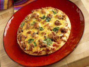 """Pizza """"Mexiko"""" mit scharfer Wurst und Käse Rezept"""