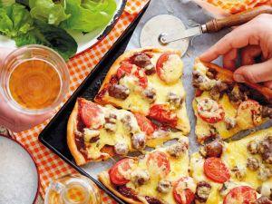 Pizza mit Bratwurst und Käse Rezept