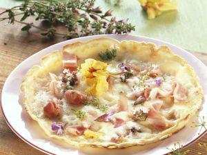Pizza mit Essblüten Rezept