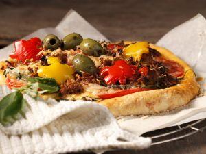 Pizza mit Hack und Paprika Rezept