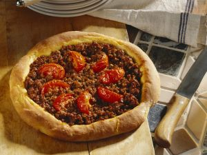 Pizza mit Hackfleisch nach türkischer Art Rezept