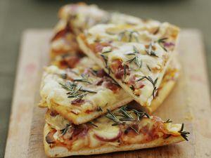 Pizza mit Kartoffeln und Zwiebeln Rezept