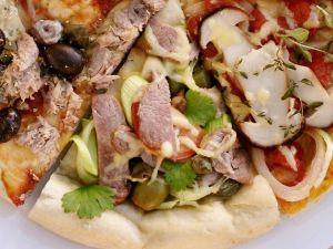 Pizza mit Kassler, Kapern, Tomaten Rezept