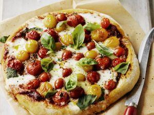 Pizza mit Kirschtomaten und Basilikum Rezept