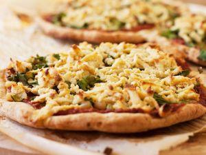 Pizza mit Oliven, Spinat, Cashew-Käse und Marinarasoße (glutenfrei) Rezept