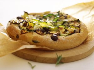 Pizza mit Oliven und Zucchini Rezept