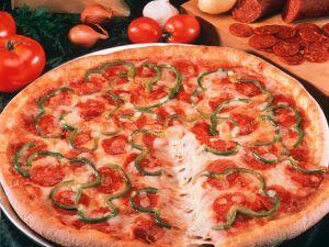 Pizza mit Paprika und Wurst Rezept