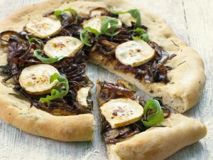 Pizza mit roten Zwiebeln und Ziegenkäse Rezept